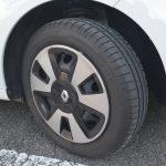 タイヤサイズは前後で異なる。フロントは165/65R15、リアは185/60R15