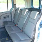 後席は前席に比べてシートの厚みが少し薄い気がする。折りたたむことを考えると致し方ないか