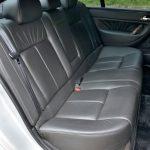 後席も広々。シートの座面が前席よりも高く、見晴らしがいい。シートの座面を高くした分、ルーフの内側をえぐってヘッドクリアランスに余裕を持たせている。後席にもシートヒーターを装備