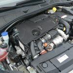 エンジンは1560ccの直列4気筒SOHC 8バルブ ディーゼルターボ。最高出力は68kW(92PS)/4000rpm、最大トルクは230Nm(23.5kgm)/1750rpm。ヘッドの上に設置された遮音・遮熱材は、もうちょっと何とかならないものか