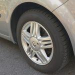 タイヤサイズは205/60R16。アルミホイールはグラスルーフ仕様に標準装備となる