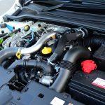 【Ph1】ターボエンジンらしく、エンジンルームを開けてもダクトが走り回り、エンジン本体が見にくい。トロフィーはストックのエンジンより20ps/20Nmアップ
