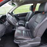 シートは前席も後席もフルレザーで、RS専用のもの。RSはもともと本国ではハーフレザーシートだが、日本に入ってきているものはオプションのフルレザーシートを専用品として装着したものだ。このボディカラーのみシートやステアリングのステッチ、シートベルト、ドアの内張りにオレンジ色が用いられる