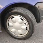 タイヤ&ホイールのサイズは145/70R13。いまどき70タイヤを履くのは珍しいだろう。しかしこのおかげか、ノンパワーのステアリングでもそれほど重さは感じない