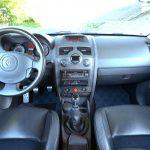 トロフィーは、センターコンソールと運転席&助手席のドアグリップ部にカーボンのパネルが装着されている。シートベルトやシートのステッチはブルー。シフトノブの前にはシリアルナンバー入りのプレートも