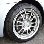 タイヤサイズは195/50R15から195/45R16に変更されたが、乗心地が損なわれているとは感じなかった(むしろ上がっていると思った)。ホイールは当時、SiFoが販売していた軽量の鍛造アルミ。いいデザインだと思う