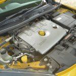 先代のメガーヌR.S.よりもタービンを大型化し、過給圧を上げた2Lターボエンジン。可変バルブタイミング機構を備え、最高出力が先代の224psから250psに引き上げられた。最大トルクも30.6kgmから34.7kgmに。それでいて燃費は7%向上しているという。「アクセルペダルマッピング機構」も特徴的。アクセルペダルを踏んだ量とエンジン側のスロットル開度の比率を変更するもので「SNOW」から「EXTREME」まで5段階に変更可能だ