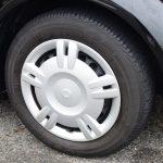 タイヤは175/65R14。1.5Lはアルミホイールが標準装備される