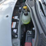 フロントフード内にはバッテリーやウォッシャータンクなどが収まる。荷物を収納するスペースはない。開け方を知らなければ、すぐには開けられないだろう