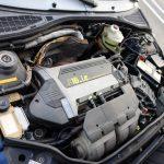 エンジンルームにギッシリと詰め込まれたエンジンは1.8L DOHC 16V。フランス大衆車は全体的にクルマの大きさに対して少し小さいエンジンを積む傾向にあるが、ホットハッチである当該車は小さなボディに強心臓を載せるという方程式に沿ったもの