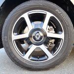 タイヤは、フロントが165/65R15、リアが185/60R15と異なるサイズを履く
