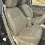 プレミアムはパワーシートでシートヒーターも装備。助手席はシートバックの支点を上部にずらしており、前に畳めばテーブルとして活用できる