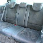 後席は3点式シートベルトが中央の席にも用意。レザーとアルカンタラを組み合わせた素材感もいい