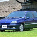1994年にマイナーチェンジしたルーテシア16Vフェーズ2。色はメチルブルーで、撮影したフェーズ1よりも少し赤味がかった明るいネイビーである。フロントはグリル(というかスリット?)の形状が変わっている