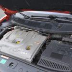 エンジンはおなじみ2L F4R型にターボチャージャーを装着してパワーアップを図ったF4Rt型(日本ではF4R2型と表記)。最大出力と最大トルクは、165kW(224PS)/5500rpm、300Nm(30.6kgm)/3000rpmで、トロフィーも同じスペック