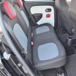 リアシートは前席よりも座面が少し高くなっているので、見晴らしの良さを感じる。シート下にスペースがあるのだが、何かに利用できないものか……。窓は昇降しないタイプ