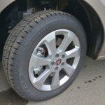 タイヤは195/60R16でホイールはアルミ。足回りは重量も手伝ってか、非常にゆったり上質な印象だ