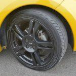 タイヤサイズは195/40R17。トゥインゴR.S.にはオーバースペックな感じもするが、秀逸なサスペンションでこのタイヤサイズを使いこなしている