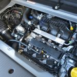 エンジンは3気筒DOHCターボ。狭いスペースに押し込むため、エンジンを傾けた状態で搭載している。ラゲッジには金属製のフタがあり、それを6本のビスで止めることで特に高周波が静音されている。個人的にはターボが回る高周波の金属音が好きなので、このビスを緩めておくとこの音がよく聞こえるようになる