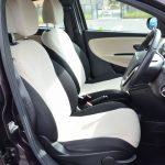 前席のシートはシンプルなデザインだが高級感があり、臀部と脇腹を適度にサポートしてくれる