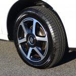 タイヤは前後サイズが異なる。フロント165/65R15、リア185/60R15。ホイールはオプションと思われる