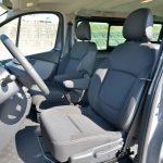 標準仕様は助手席が2人乗りで前席に3人座れるようになっている。しかし、当該車は運転席と助手席が独立しており、8人乗り仕様になっている