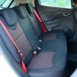 【Ph1】後席はシートベースもシードバックもフラットなデザイン。前席と同じくシートベルトも赤で統一