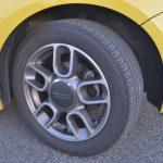 タイヤサイズは185/55R15。ホイールはベースの14インチから15インチになった。特徴的なデザインで500のポップな雰囲気にマッチしている