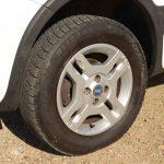 タイヤサイズは185/65R14だが、当該車は175/70R14とワンサイズ細いタイヤを履いている