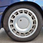 タイヤサイズは185/55R15。ファンのような羽を持つホイールデザインは、アルピーヌV6ターボのそれと近似している