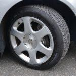 タイヤサイズは225/55R16。スタイルを重視していたずらに高偏平にしていないのがソフトライドにつながっている。フロントキャリパはブレンボだが、効きはいたってマイルド