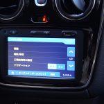 ステップウェイは大画面カーオーディオが標準装備。しかも日本語表記に変換できる! ただ地図データやラジオの周波数まで日本仕様にはできない。なので、ナビを起動させると何もないところを走ることになる