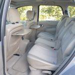 セカンドシートはセパレートタイプでそれぞれスライド/リクライニング/折り畳み/取り外しが可能。シートバックテーブルは全車標準装備