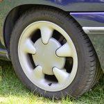 タイヤサイズは変わらないが、ホイールが変更に。このデザイン、見覚えのある方も多いかと思うが、メガーヌ1のものと同様である