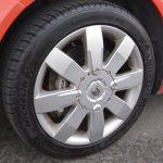 ホイールは8本スポークで前後とも7J×17。タイヤサイズは225/45R17。オプションで18インチも選べた。キャリパー、ローターともにブレンボ社製