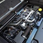 トゥインゴ3のエンジンは2つ。「TCe 90」は898cc、ターボで過給することにより最高出力90ps、最大トルク13.8kgmを発揮。当該車は「SCe 70」で999ccの自然吸気エンジン。最高出力70ps、最大トルク9.3kgm。いずれもラッゲージルームの下、リアアクスル付近にマウントされ、空間を有効に使うために前方約49度に傾けて搭載されている