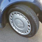 タイヤはフロントが135/70R15、リアが145/65R15。本国モデルよりもフロントが1サイズ、リアは3サイズほど細くなっている