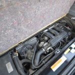 リアエンジン、リア駆動なので、エンジンはラゲッジの底面板を持ち上げると見ることができる。想像以上に小さい
